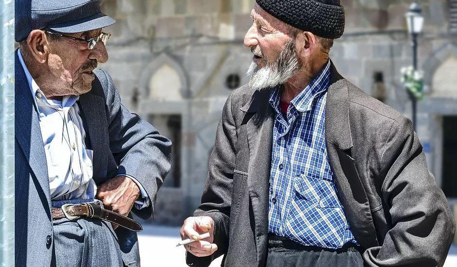 vieux hommes dans la rue